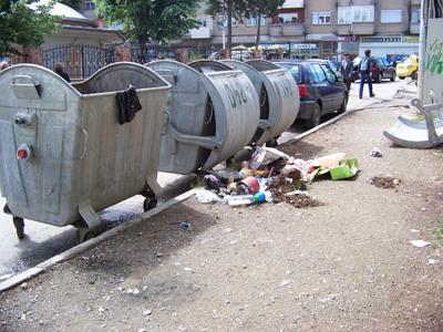 Контејнерите празни, ѓубрето на тротоар