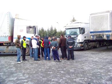 Камион згмечи возач од Србија
