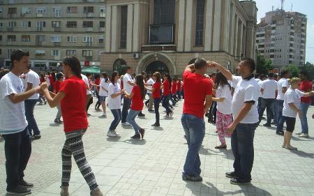 """""""Матурска парада"""" на градскиот плоштад во Куманово"""