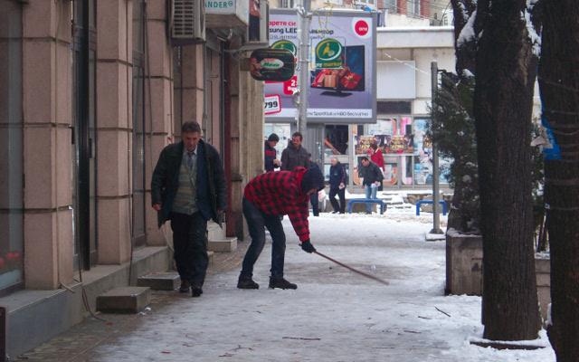 Општината ги повика дуќанџиите да го исчистат снегот пред објектите