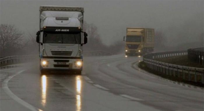 Влажни коловози и појава на одрони, се препорачува внимателно возење
