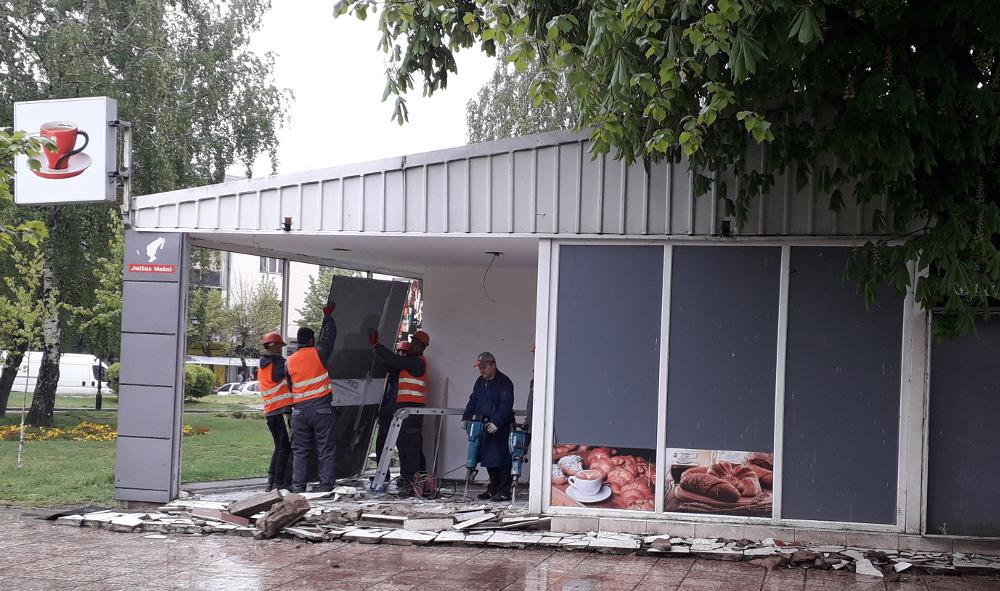 Се урива објектот пред Центарот на култура