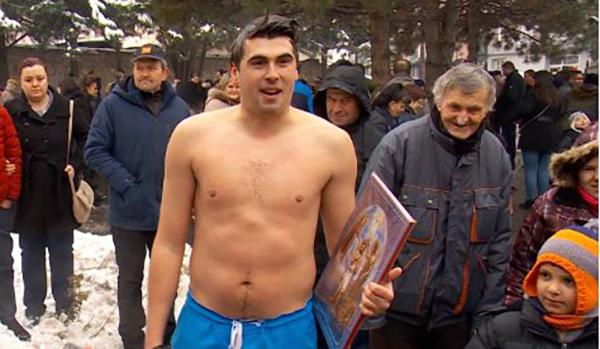 """Никола Златановски го фати крстот во базенот во """"Свети Никола"""""""
