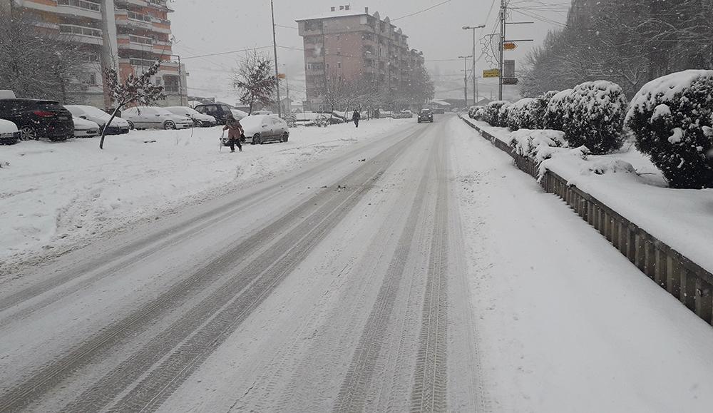 На кумановските улици фрлени 80 тони сол
