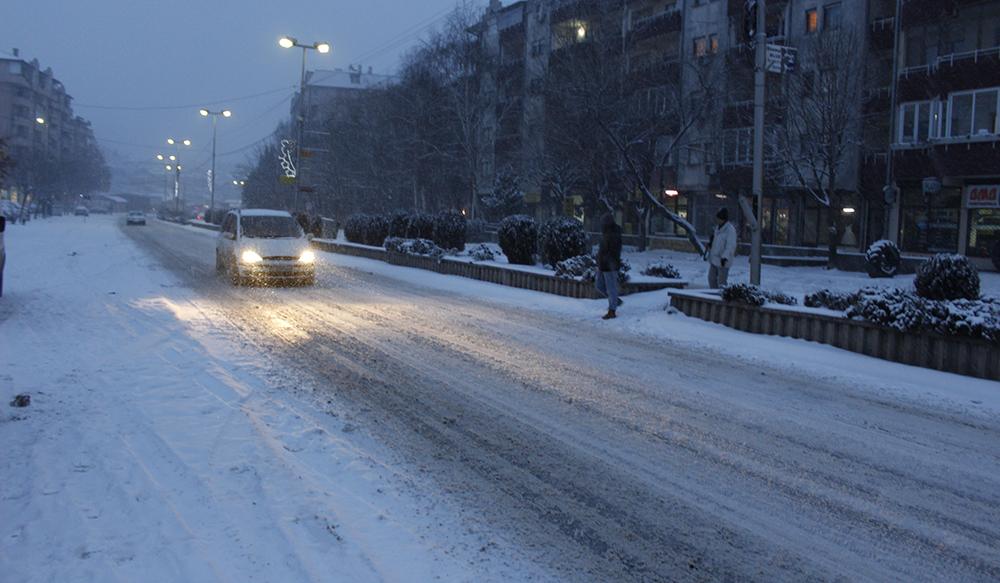 Снег од 4 сантиметри го отежна сообраќајот во градот