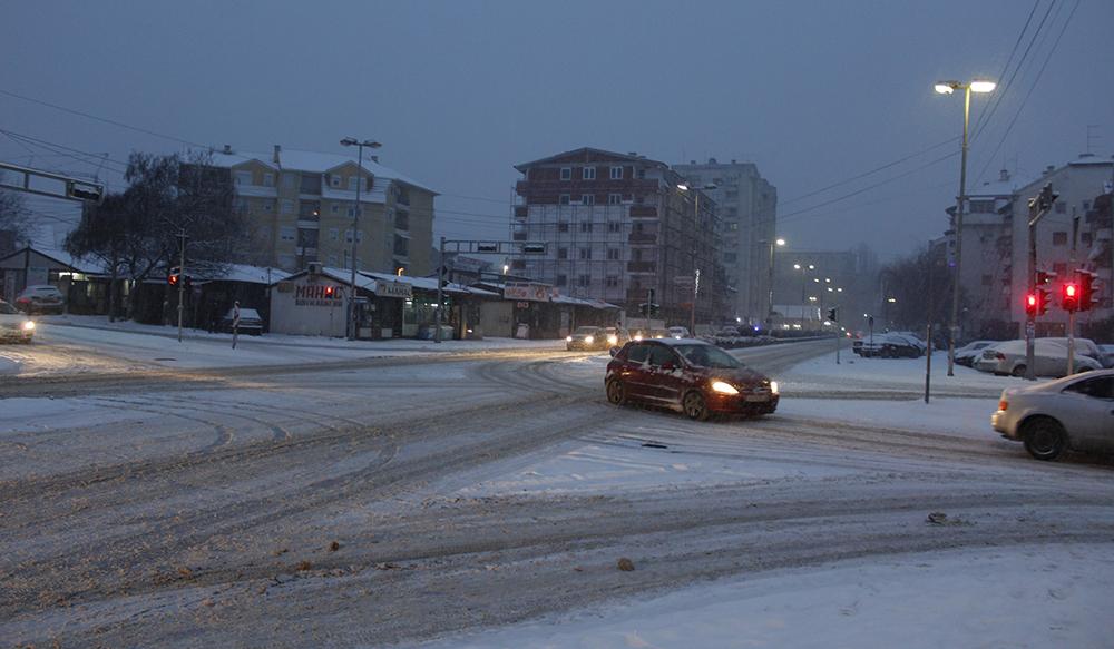Во прекин дел од приградскиот превоз поради нерасчистените патишта