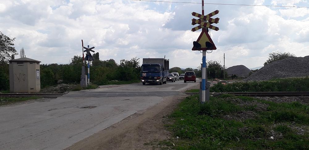 Воз удрил во автомобил на железничкиот премин во Лопате, едно лице повредено