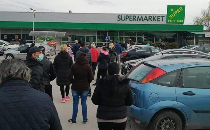 Со редици пред маркетите Куманово го дочека продолжениот полициски час