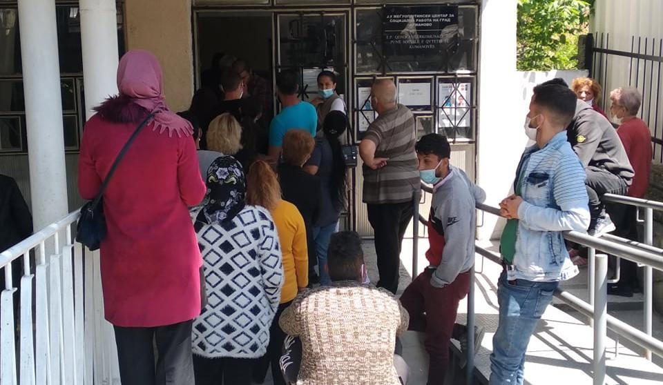 Центарот за социјални работи блокиран од граѓани кои бараат платежни картички, а не е надлежен да ги издава
