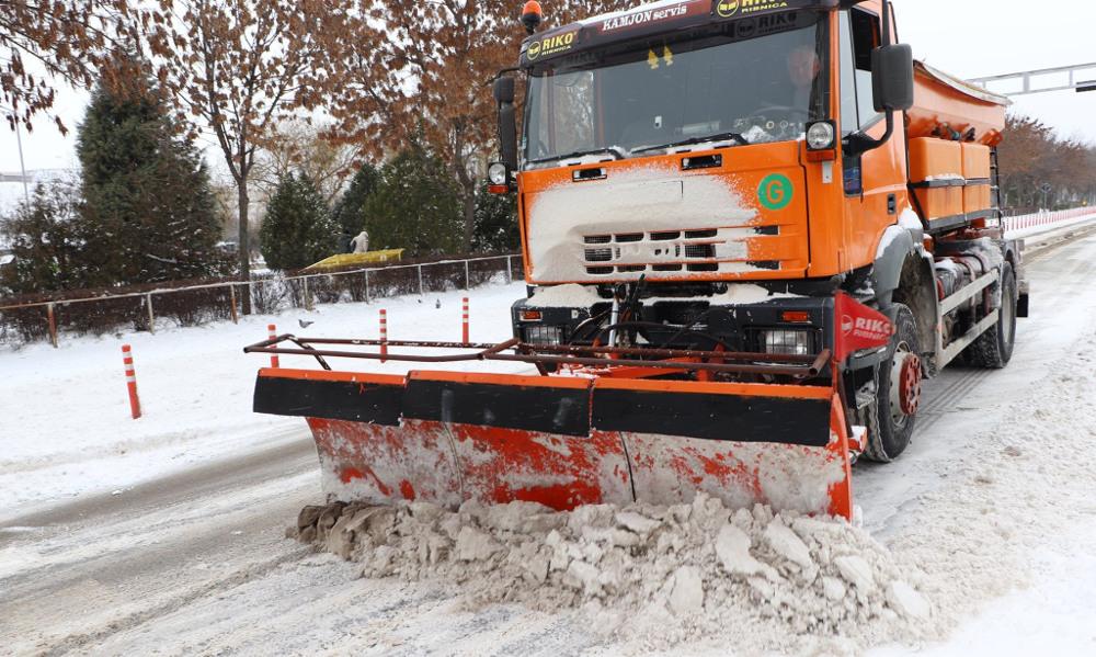 Продолжува чистењето на снегот од улиците и селските патишта