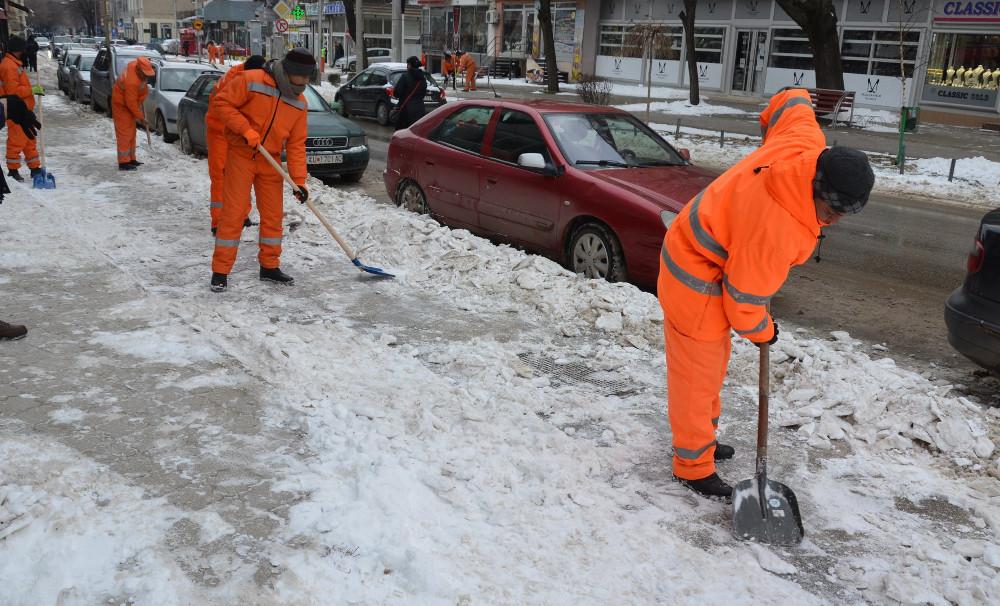 Се чистат тротоарите и пристапните патеки до институциите од снег