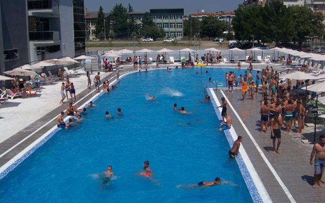 Отворениот градски базен ја почнува летната сезона