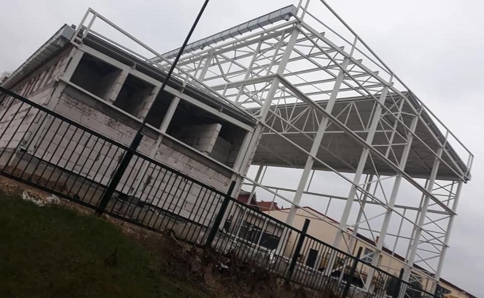 """Се поставува кровот на спортската сала во Техничкото училиште """"Наце Буѓони"""""""