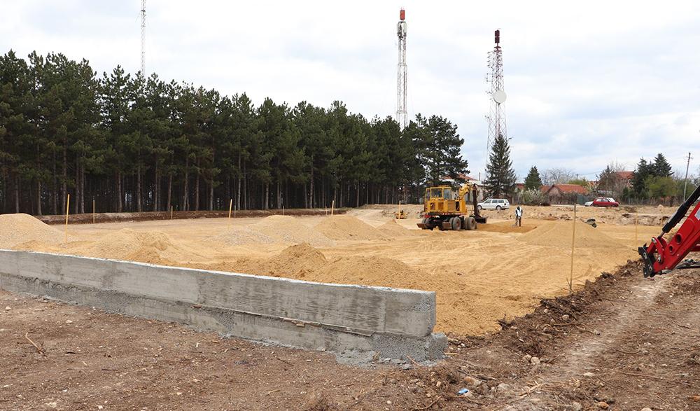 Интензивно се работи на изградба на спортски терени на комплексот Спомен костурница