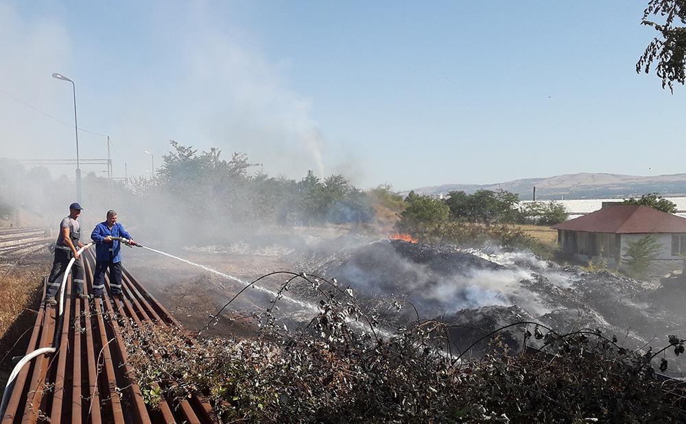 Пламенот достигаше до 20 метри, а од топлината не можевме да се приближиме на 200 метри, велат луѓето кои го гаснеа пожарот кај Железничката станица