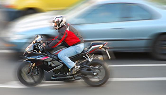 Мотоциклист удрил во 19-годишно момче, двајцата тешко повредени