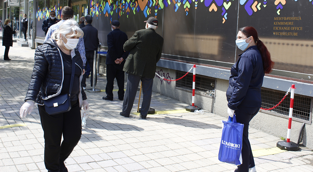 Носење на маски на отворено, забрана за семејните собири, препорачува Комисијата за заразни болести