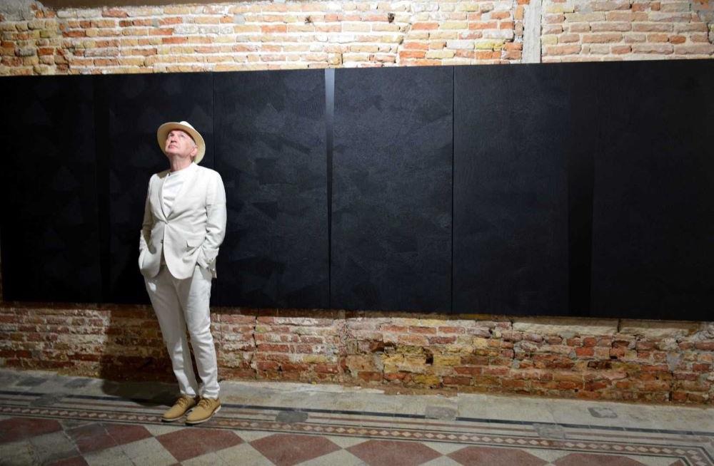 """Изложба """"Форми во црно"""" на Мице Јанкуловски во Уметничката галерија"""