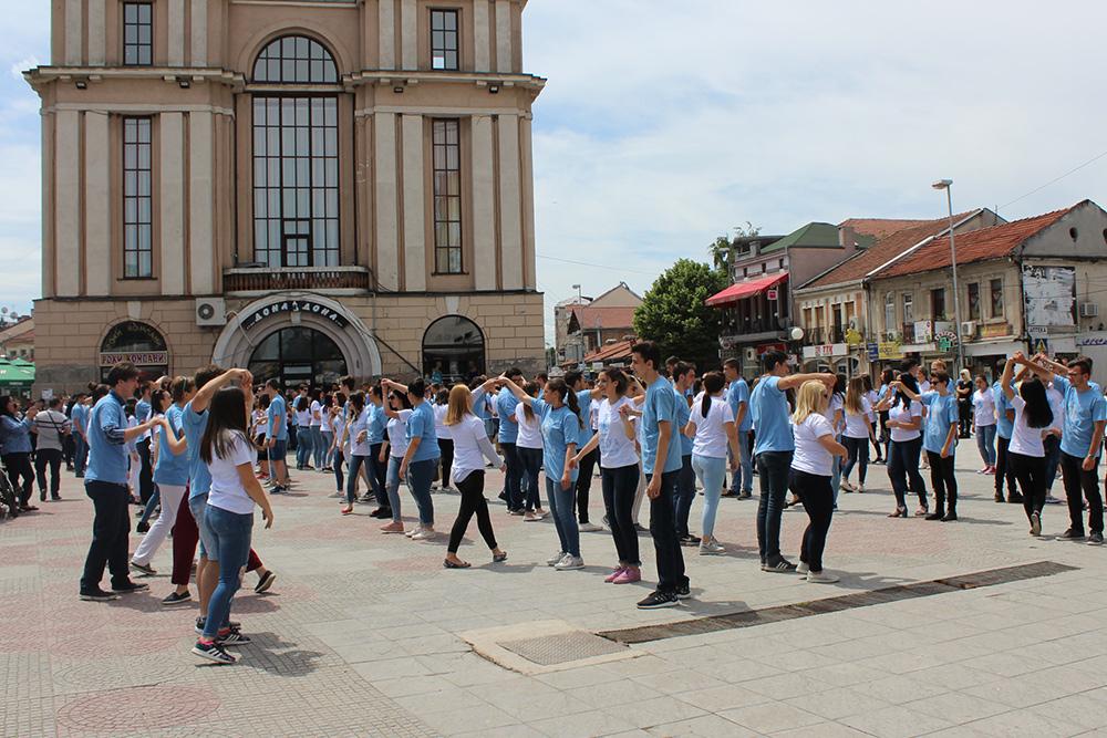 Матурантите од Куманово танцуваа на градскиот плоштад