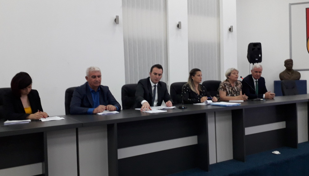 Претставени нацрт законите за основното образование пред наставниците во регионот