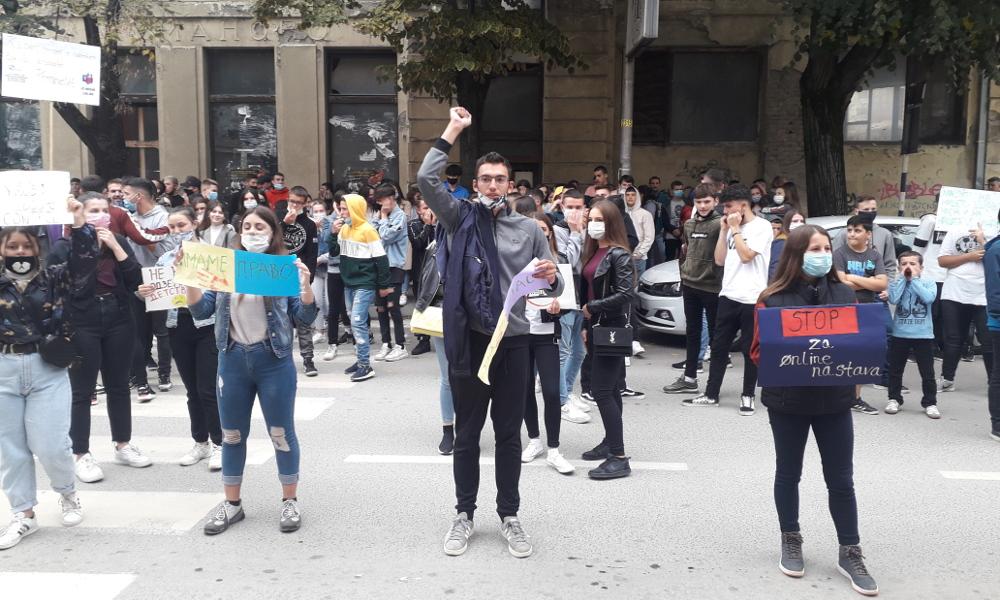Средношколци протестираа против онлајн настава