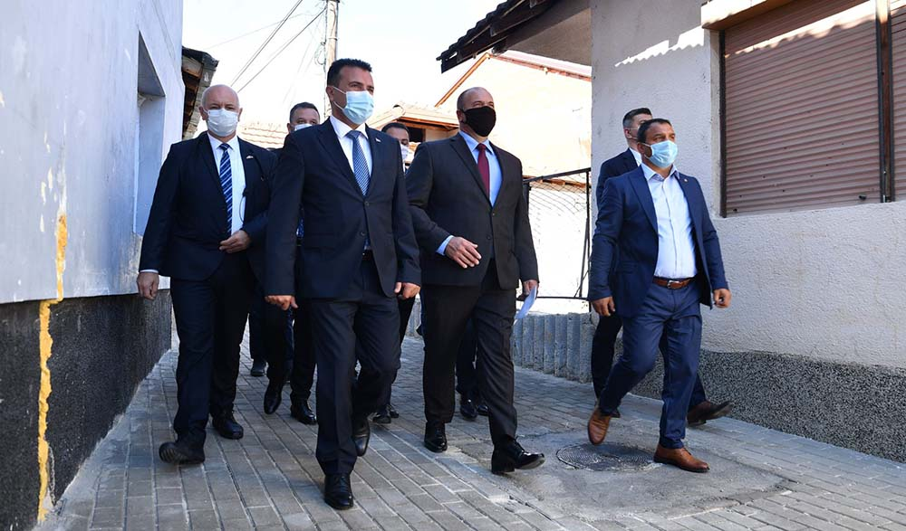 Премиерот Заев ja посети населбата Средорек